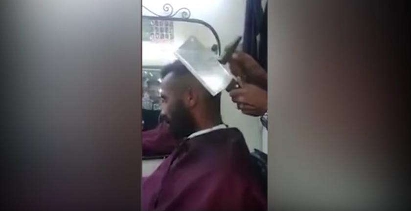 Tukang Gunting Rambut Cukur Rambut Pelanggan Dengan Penukul dan Pisau Potong Daging