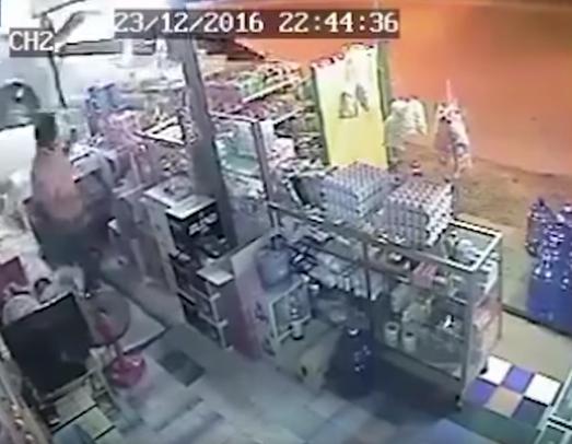 [Video] Hampir Dirempuh Kereta Pikap, Lelaki Ini Sempat Lari Selamatkan Diri