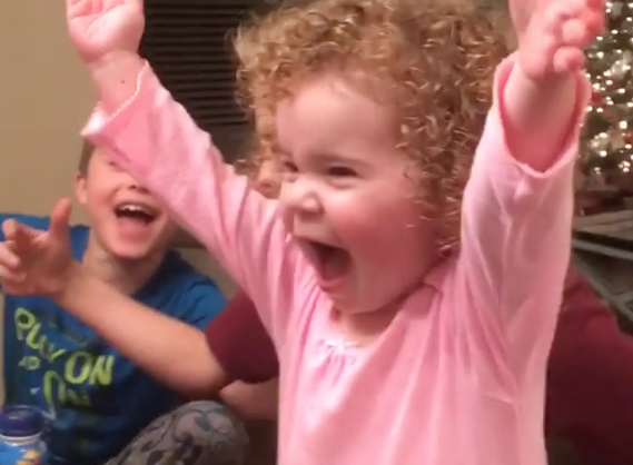 [Video] Berjaya Flip Botol Air, Reaksi Comel Budak Perempuan Pasti Buat Anda Terhibur