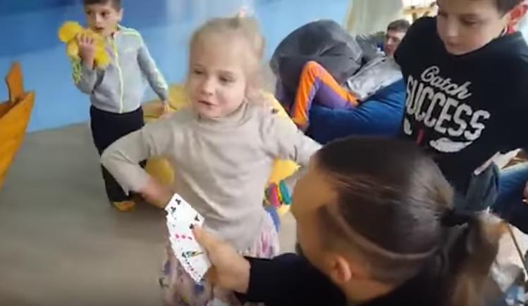 [Video] Tak Teruja Dengan Helah Si Ahli Silap Mata, Kanak-Kanak Perempuan Ini Buat Muka Whatever