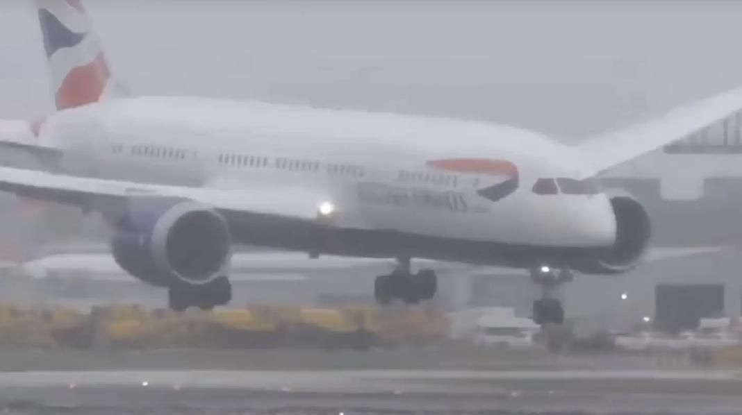 Viral Rakaman Detik Mendebarkan Pesawat Terhuyung-Hayang Ketika Cuba Mendarat