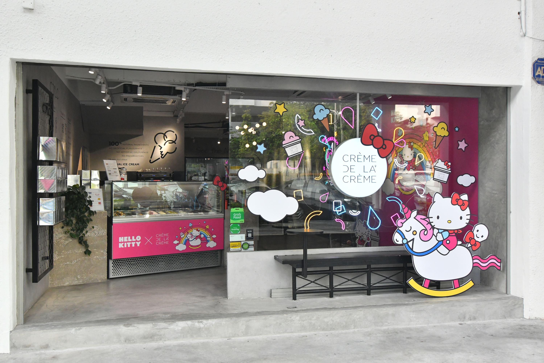 hello kitty 主题的 cafe ! 冰淇淋、甜点、饮料都是 hello kitty!