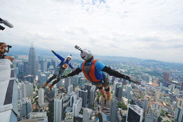 在大马也能跳伞?!敢敢从kl tower跳下去!