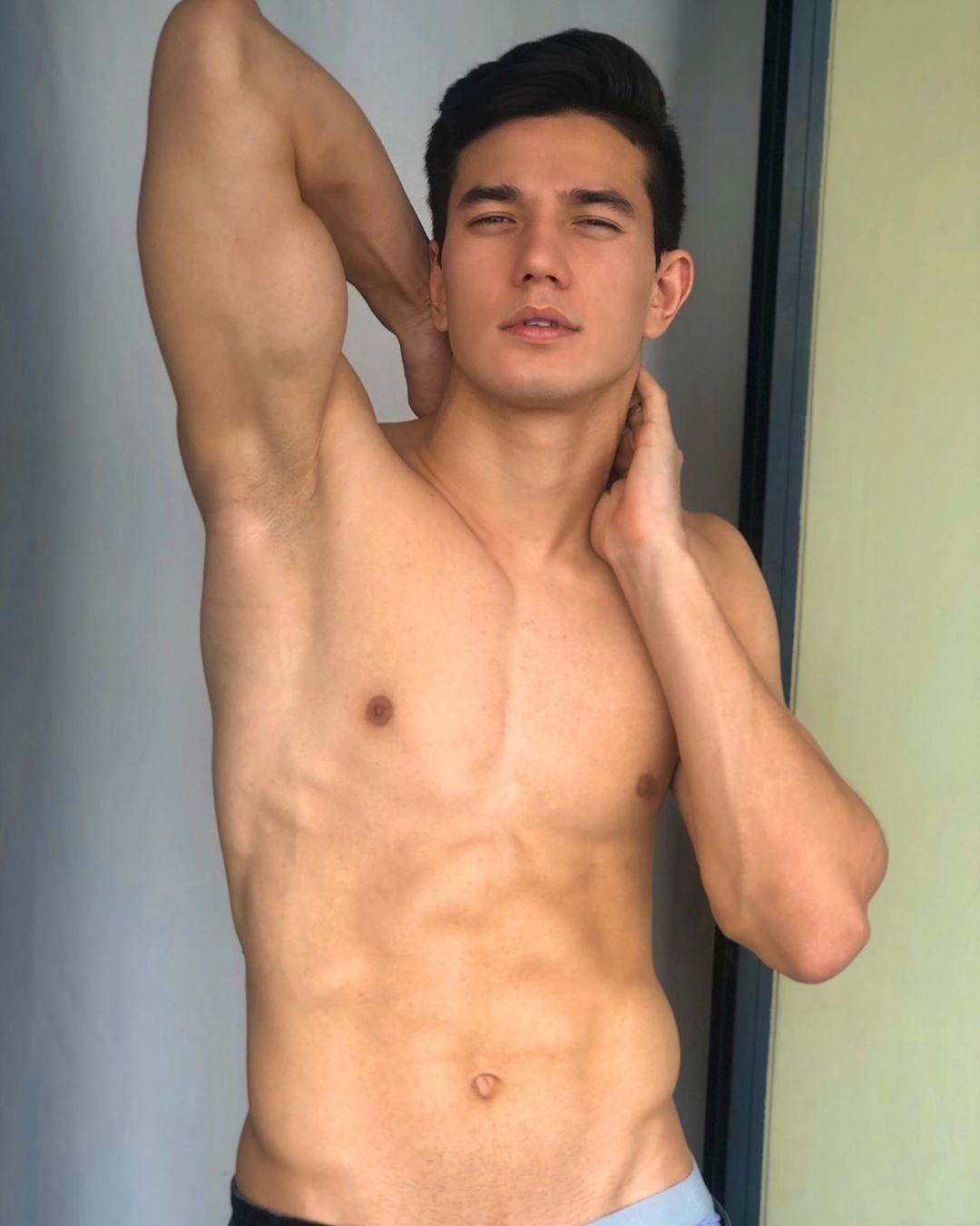 超帅的「语文老师」肌肉挤爆西装,肌肉照被网民疯狂宣传!