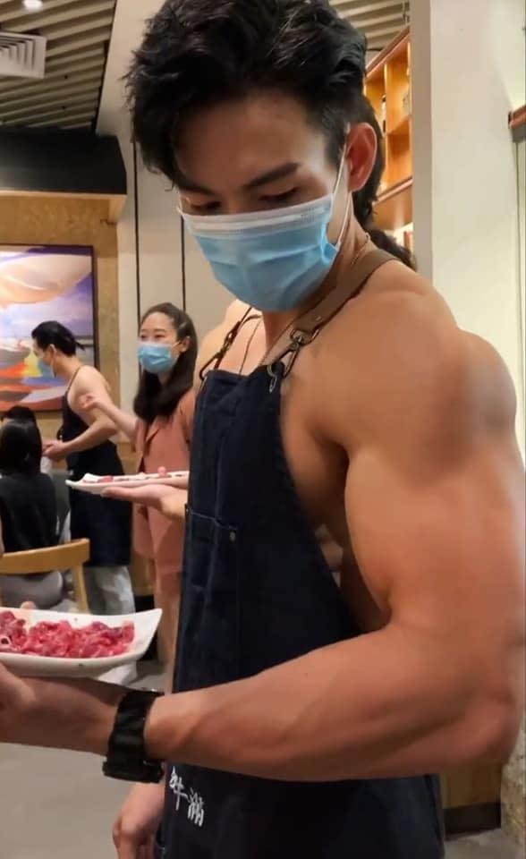 火锅店招待员戴口罩也遮不住帅气,浓眉电眼把网友「搞饿了」!
