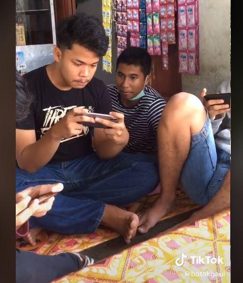 手机裂掉,兄弟凑钱送新手机!少年低头爆哭感激好友!
