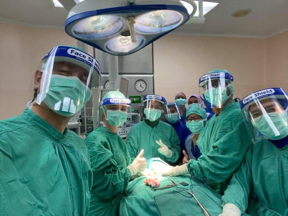 劲厉害!卫生总监山哥百忙抽时间,进手术室为患者进行手术!