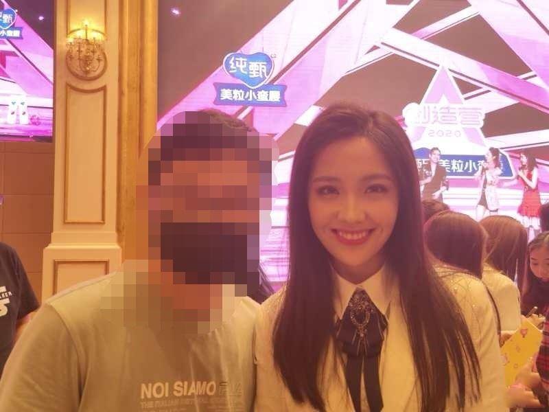 硬糖少女303庆功宴照片曝光!学员与粉丝甜笑合影!