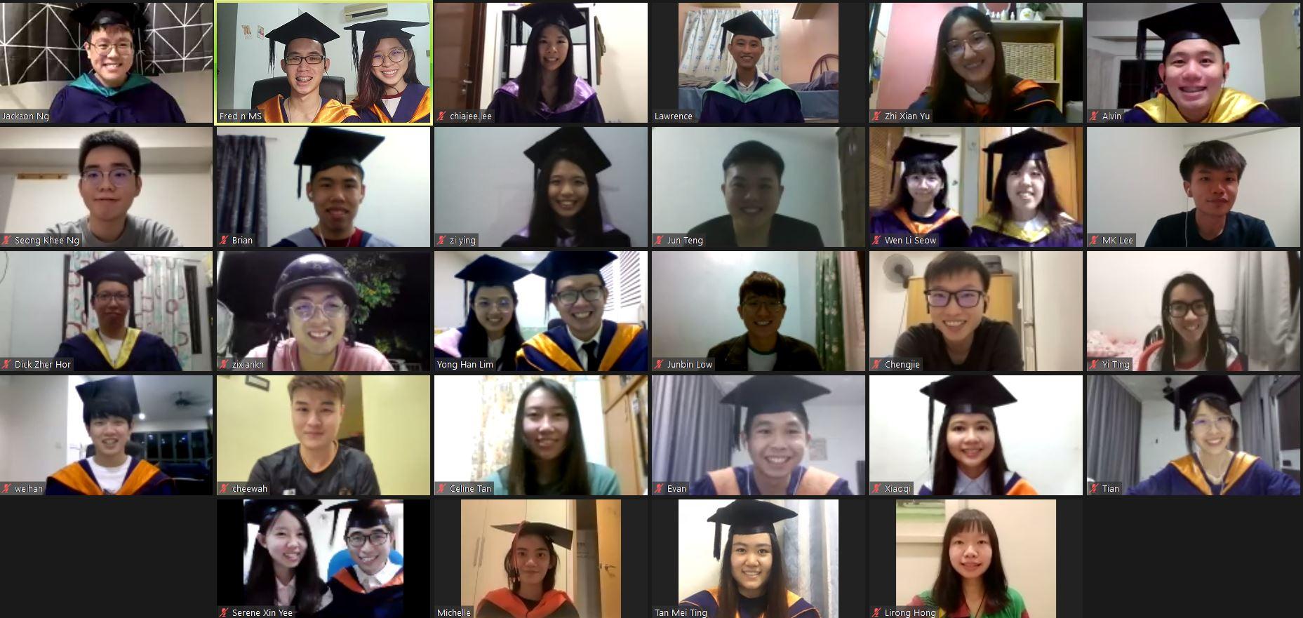 因疫情关系毕业典礼再度延迟,马大毕业生「齐戴毕业帽」视频通话相聚!