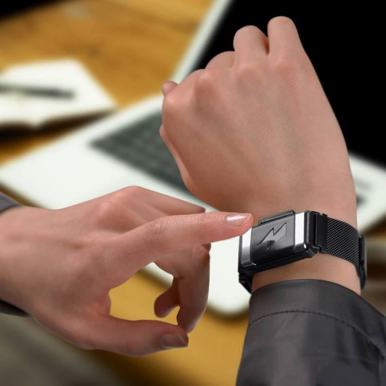 减肥的明灯啊!最新科技「电击手环」!偷吃就电击你!