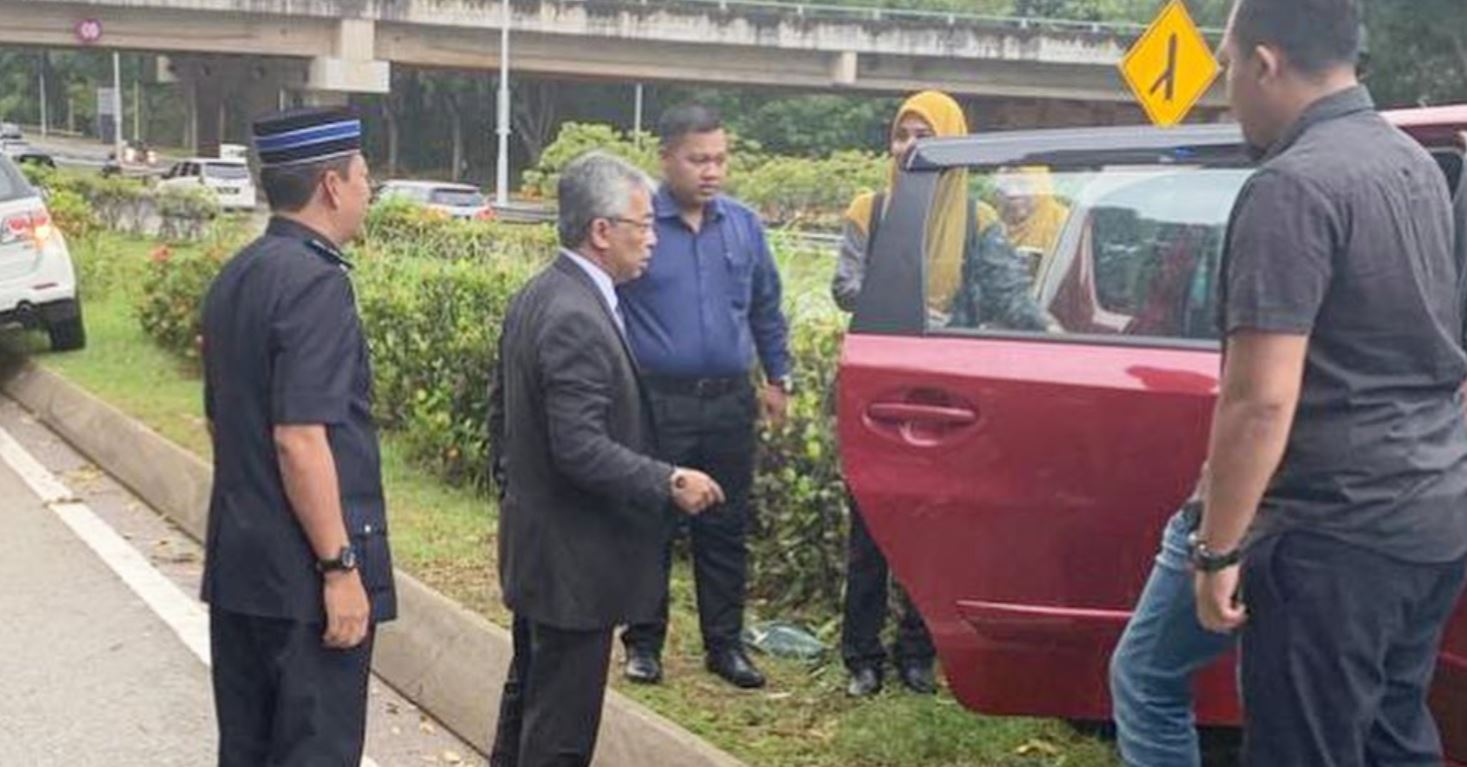 yang di-pertuan agong stops by the road to help accident victim