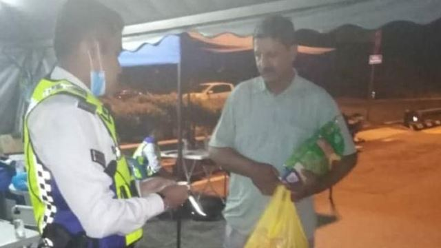 Kind-Hearted Policeman Helps The Needy At Roadblocks