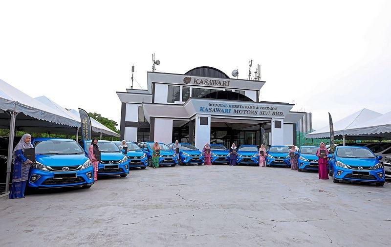 johor sultan goes oprah winfrey on royal nurses for their service