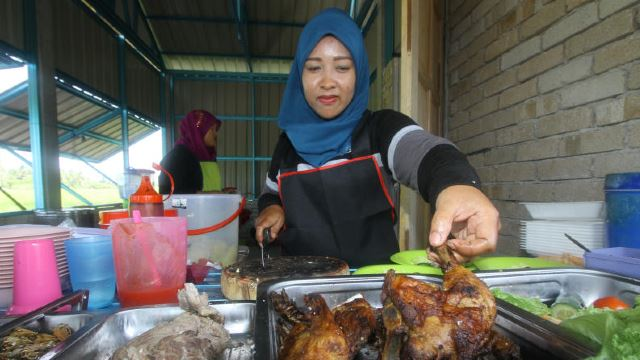 This Stall In Perlis Sells RM1 Meals To Aid Poor Families