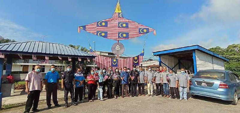 these policemen created a huge merdeka-themed wau bulan for national day!
