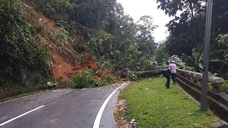 landslide blocks jalan tapah-cameron highlands
