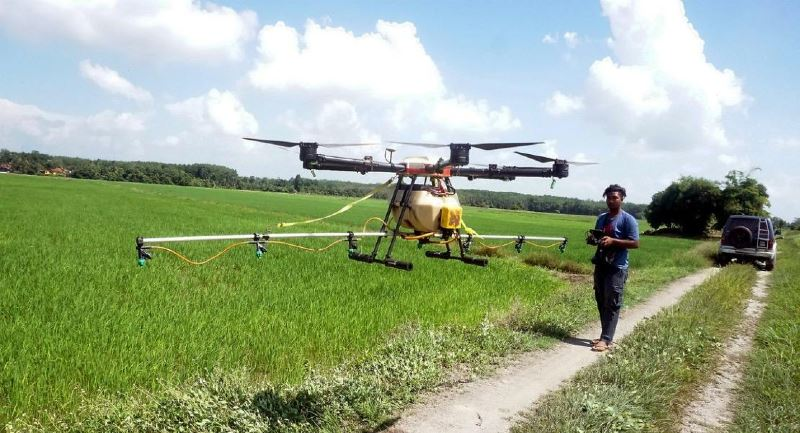 22-year-old man makes rm5,000 by offering pesticide spraying service using drones!