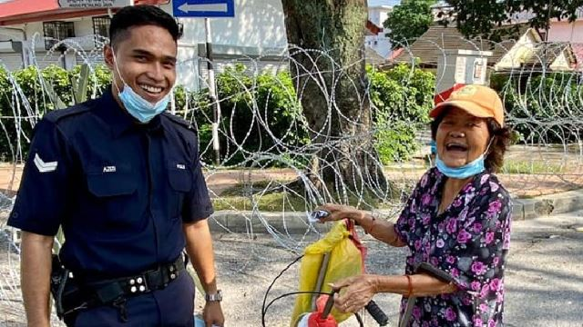 PJ Policeman Wins Hearts On Social Media After Helping An Elderly Woman Pay Her Utility Bills