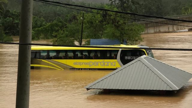 Bus Caught In Flood, This Malaysian Shared His Story