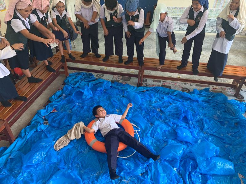 this cikgu uses plastic bags to build imaginary swimming pool for his students!
