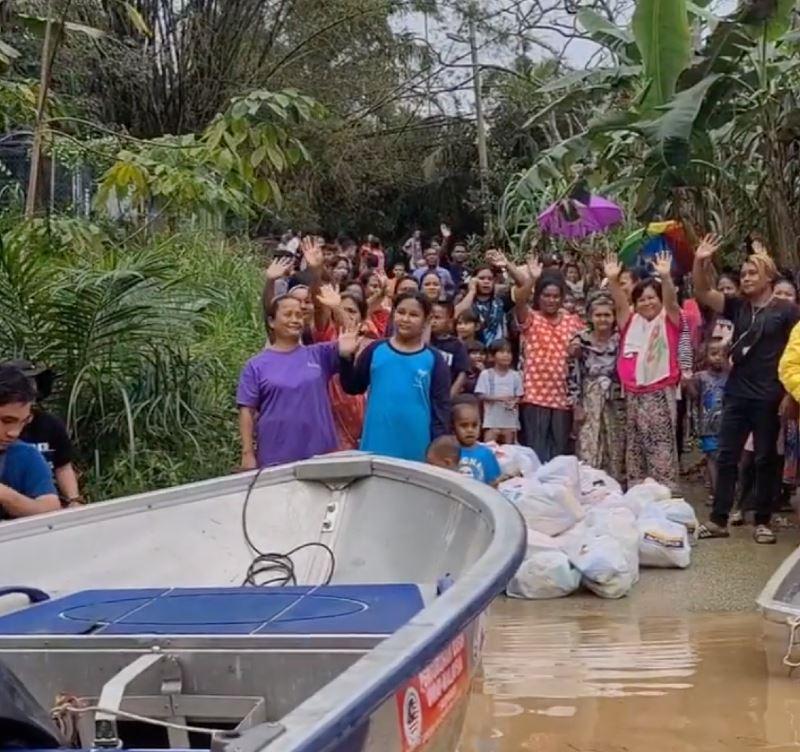 ustaz ebit lew sends food to orang asli village stuck in flood