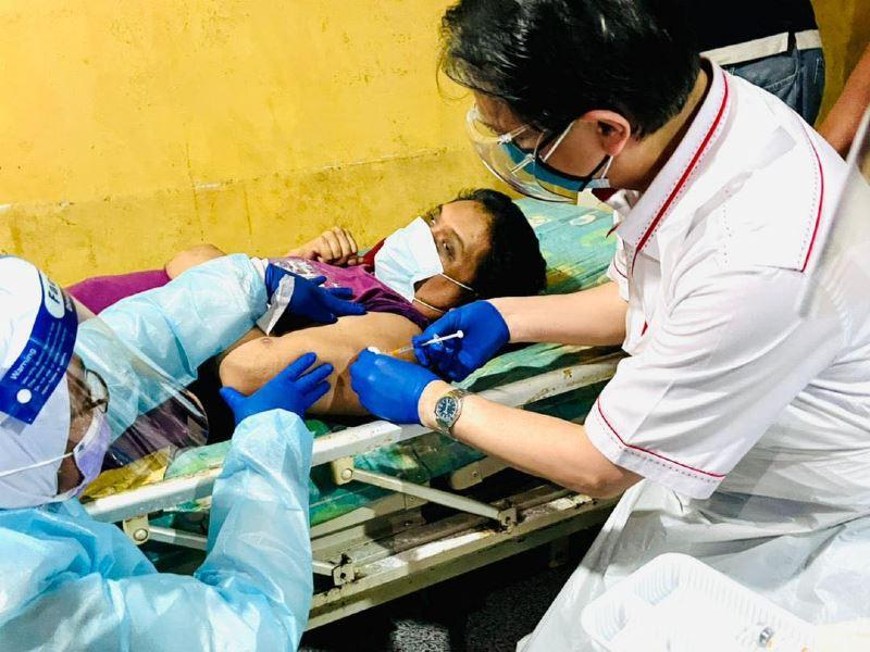 "dg hisham ""turun padang"" to help vaccinate unwell and bedridden in johor"