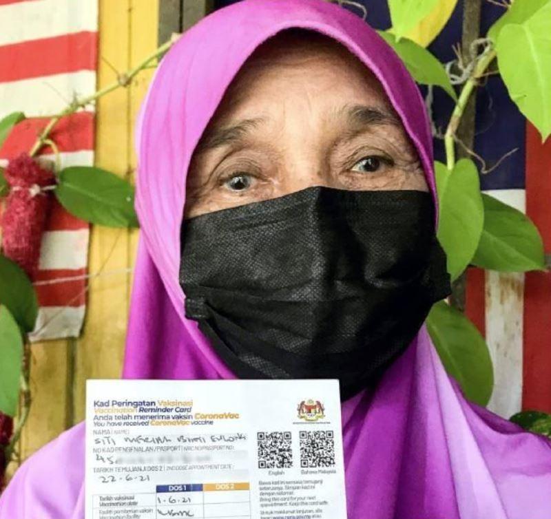 elderly mak cik in kelantan walked 3 kilometres just to get herself vaccinated