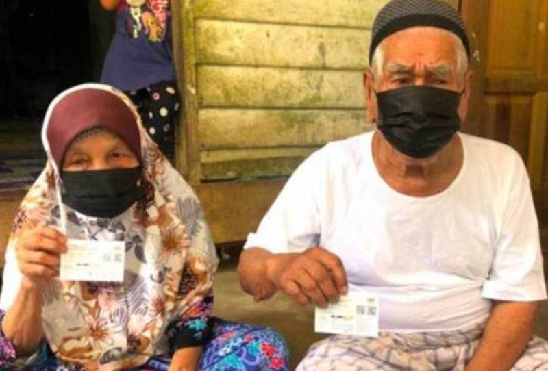 105-year-old man in kelantan gets his second dose of covid-19 vaccine