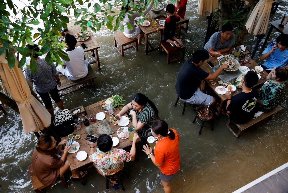restaurant in thailand made headlines as customers flock to enjoy meals despite flooding