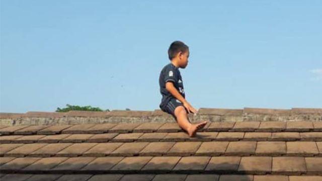 disebabkan takut kena sunat, kanak-kanak ini lari panjat bumbung rumah