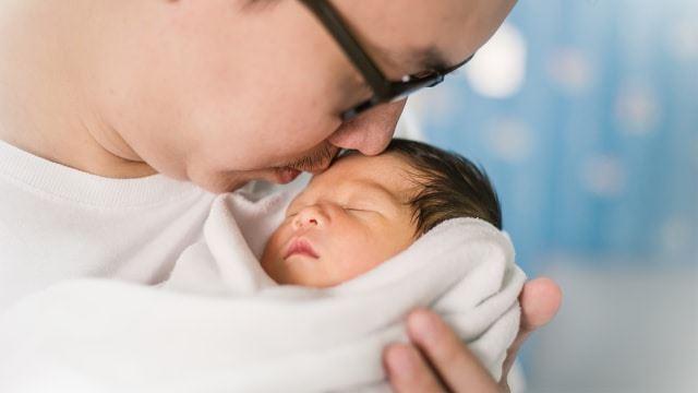 pasangan disarankan membaca doa untuk bayi baru lahir selepas laungan azan di telinga bayi